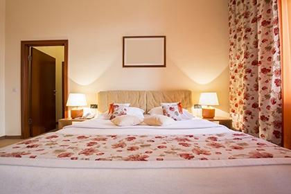 ベッドカバー、クッション、カーテンの柄を合わせて生産が可能。