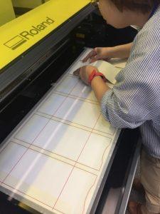 印刷テーブルに貼っておいた紙に下書きし、下書きの位置ピッタリに革を置いていきます