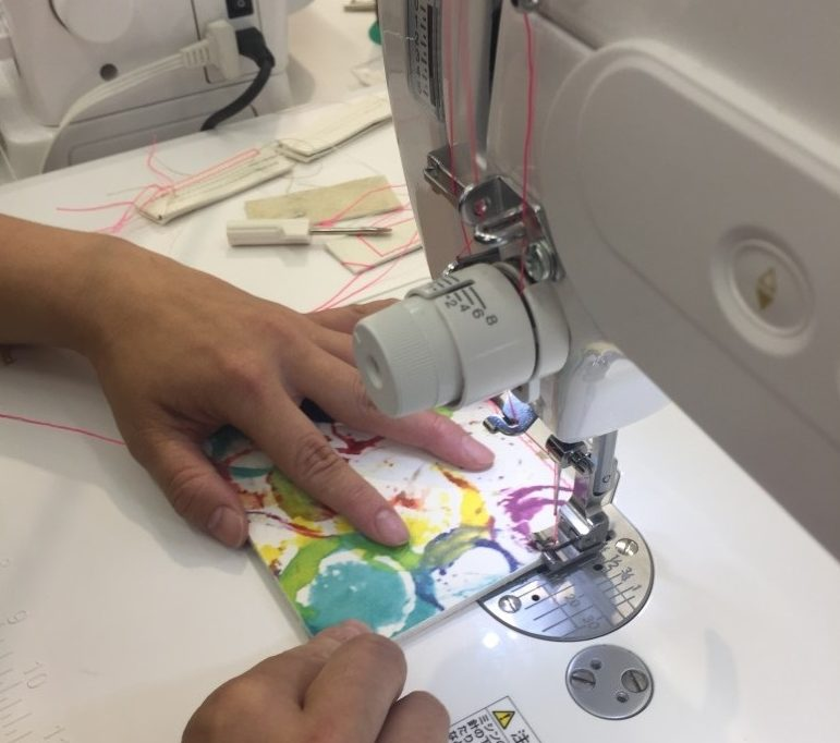 「極」ミシンで皮を縫製