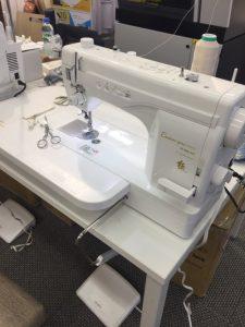 革を縫製するミシン