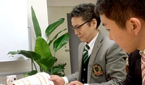 みずからアート作品まで手がける上田代表(左)