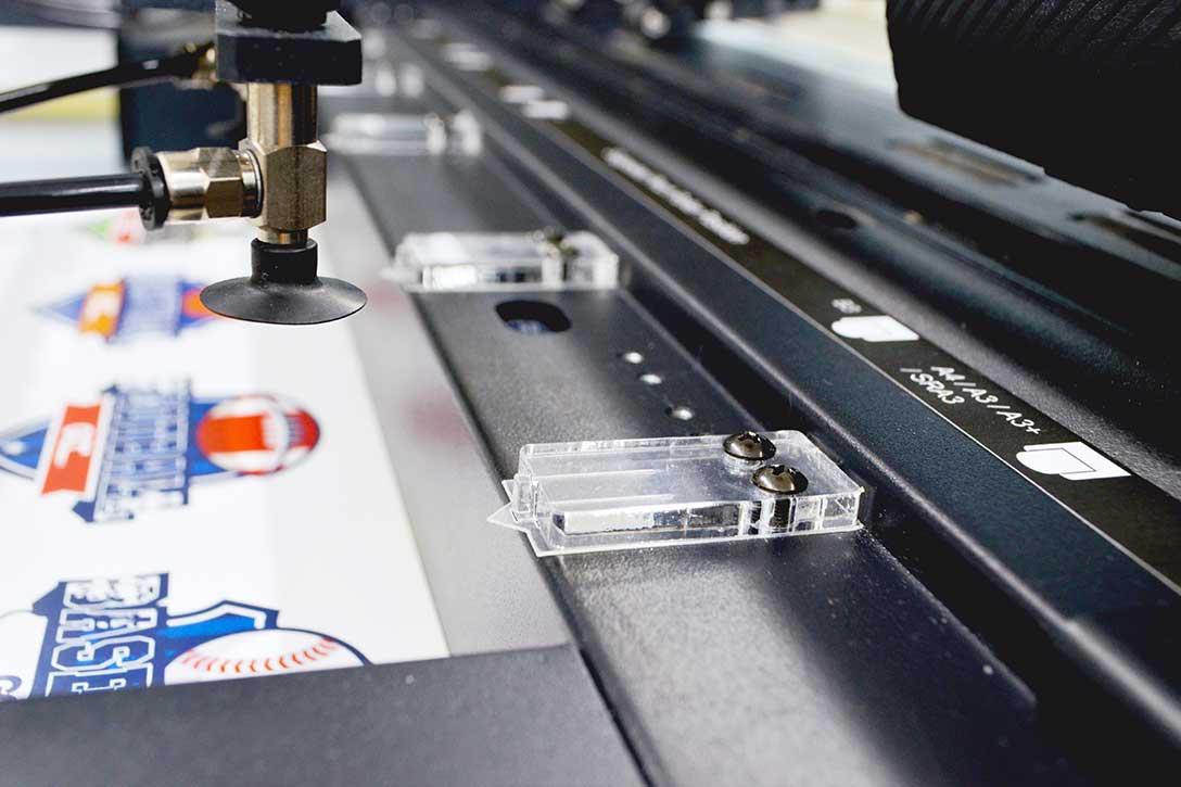 カッティングマシン・カッティングプロッター GCC JaguarVLXの他製品との違い:2枚以上給紙しないように紙を落とす「ピック」