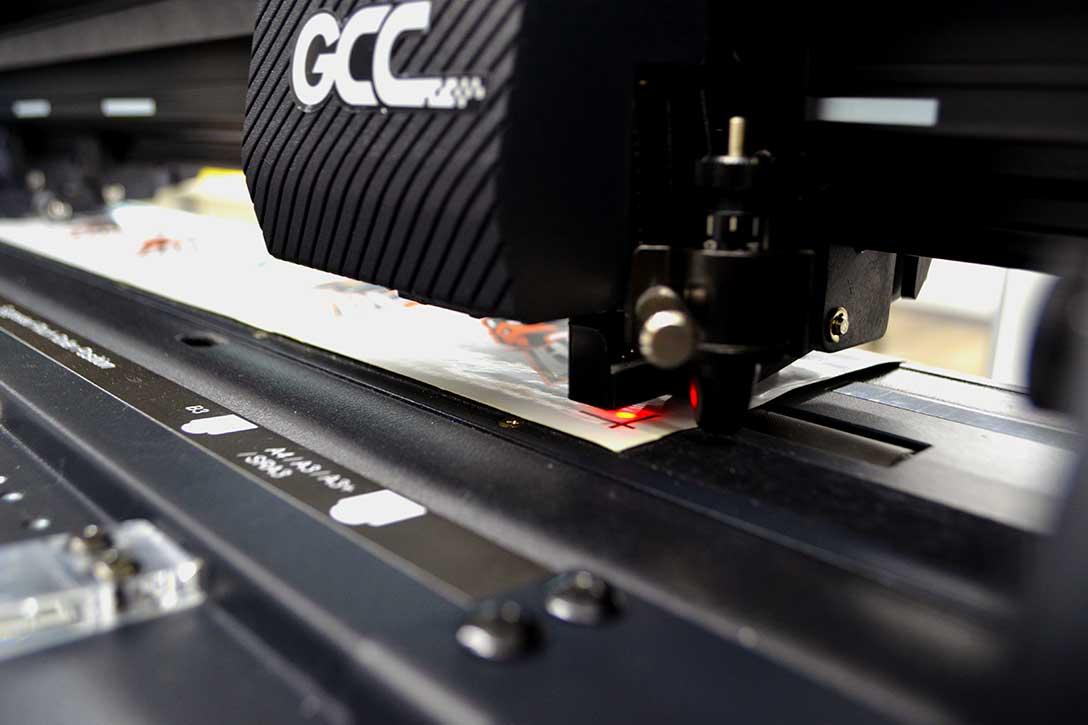 カッティングマシン・カッティングプロッター GCC JaguarVLXの他製品との違い:印刷した専用のレジストリマーク(トンボ)を赤外線センサーで読み込み、1枚ごとにカットする位置を自動で見当合わせを行います。